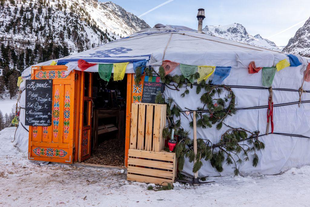 Traditionele yurt voor een lunchpauze
