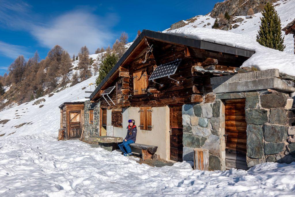 Typisch Zwitsers sprookjeslandschap met karakteristiek houten berghuisjes