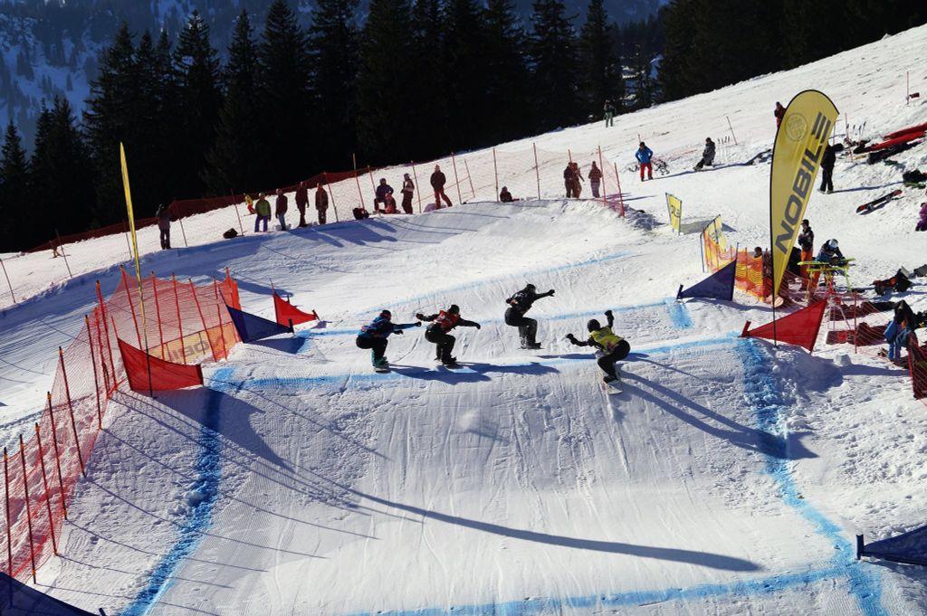 Snowboardcrossers op weg naar de eerste bocht