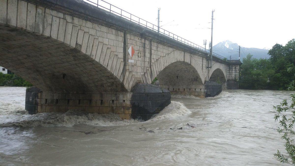 Wateroverlast zorgt voor afgesloten wegen in Oostenrijk en Zwitserland